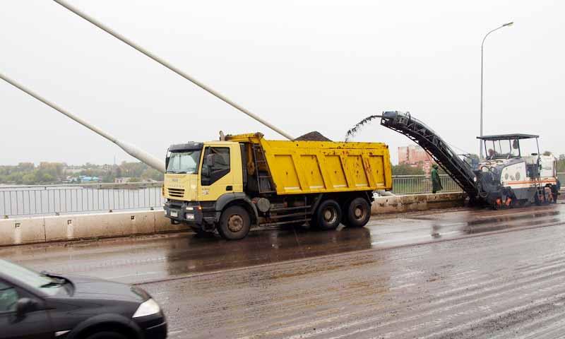 Продолжаются работы по восстановлению асфальто-бетонного покрытия моста через Волгу